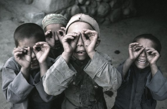 nuristan-children-peek-a-boo